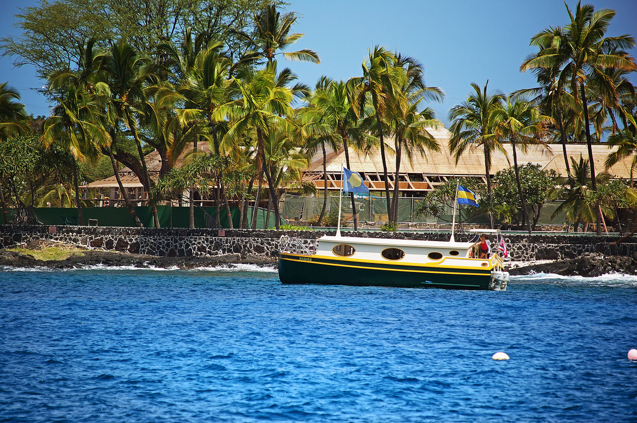 Boat leaving the Kailua Kona Pier