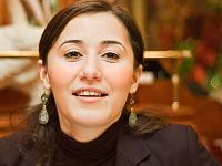 france-2009 > Radia smiling in restaurant au chien qui fume, Paris, France