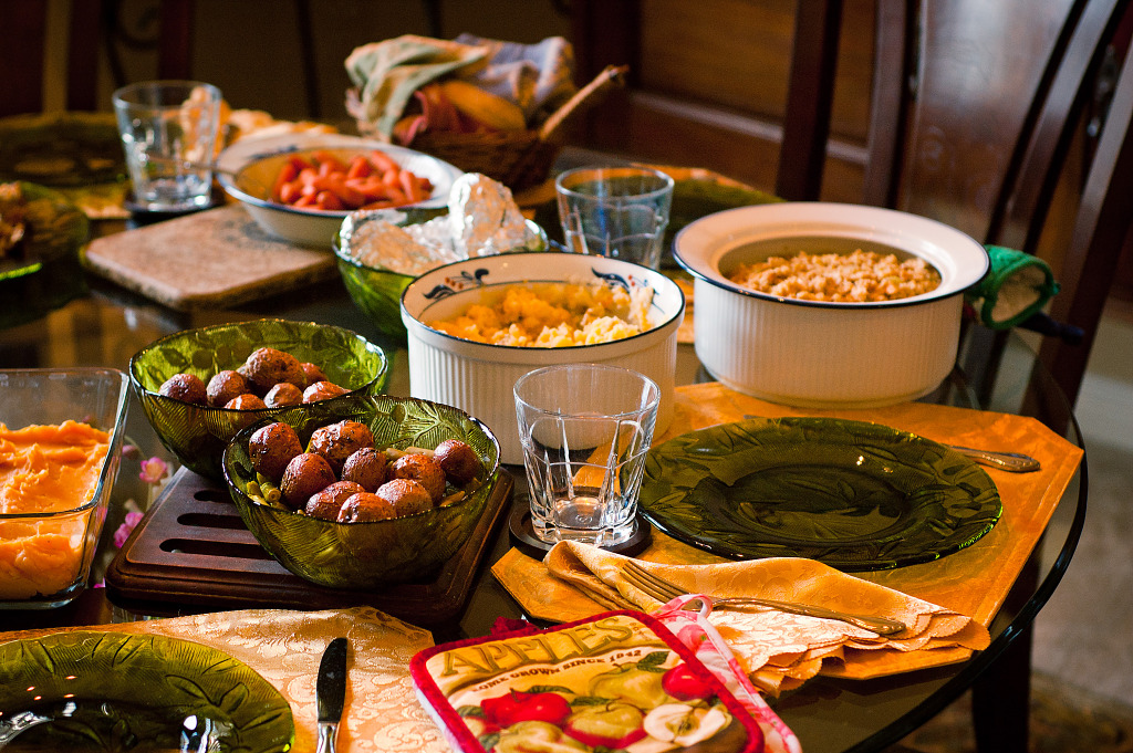 Food on the thanksgiving dinner table gr gory massal How to set a thanksgiving dinner table