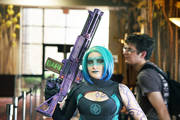 Girl doing a cosplay of the siren of Borderlands at Quakecon 2013