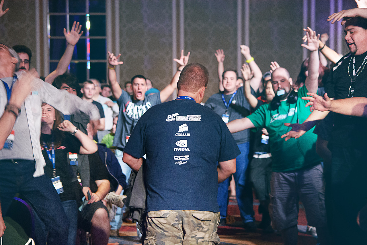 Crowd claiming t-shirts at Hardware Workshop Quakecon 2013
