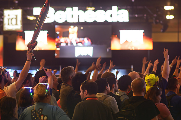 Crowd clamoring for goodies on the Quakecon 2015 showfloor