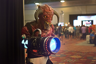 quakecon-dallas-2015 > Doom Baron of Hell big gun cosplay on Quakecon 2015 showfloor