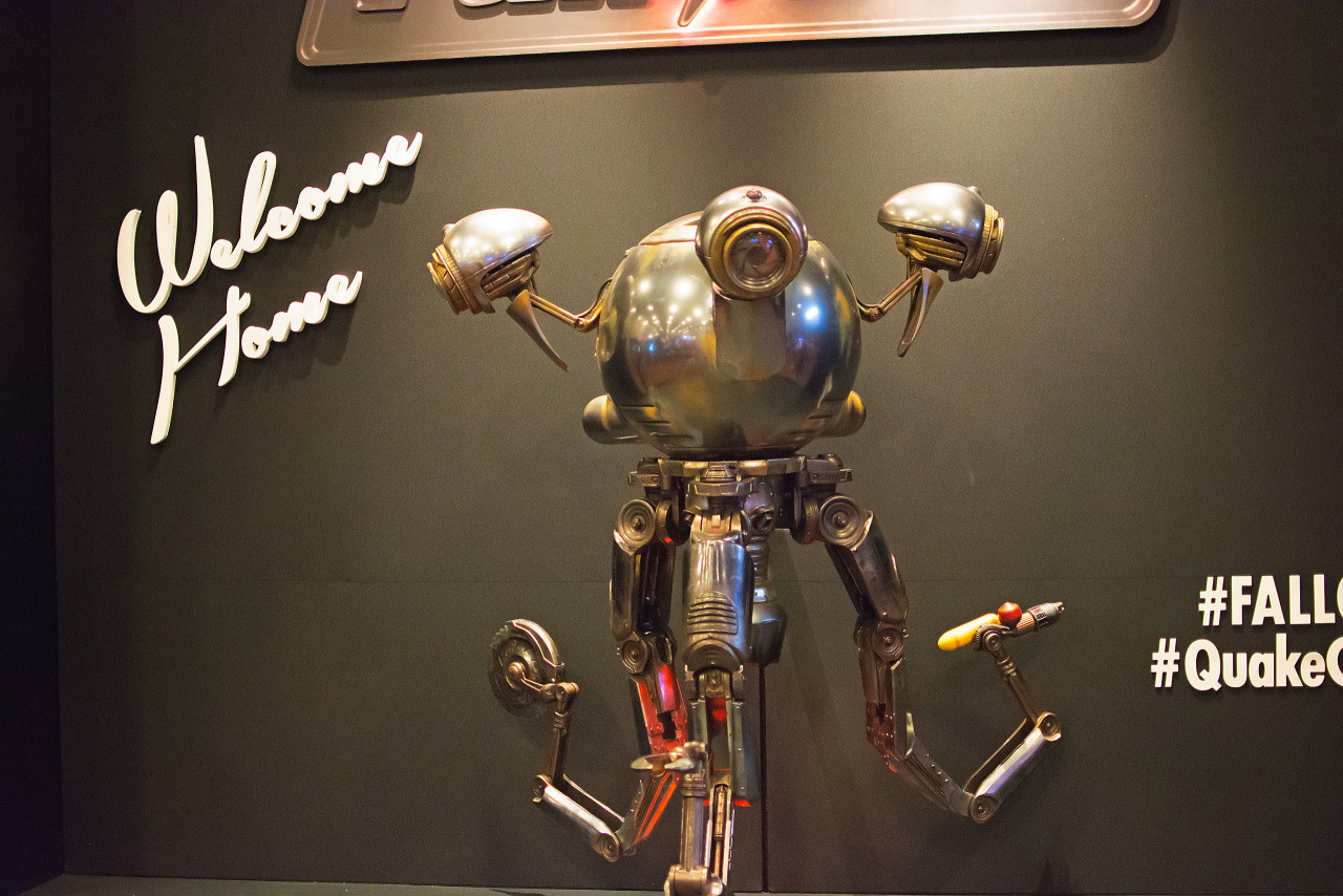 mr handy robot of fallout 4 animatronics on quakecon showfloor. Black Bedroom Furniture Sets. Home Design Ideas