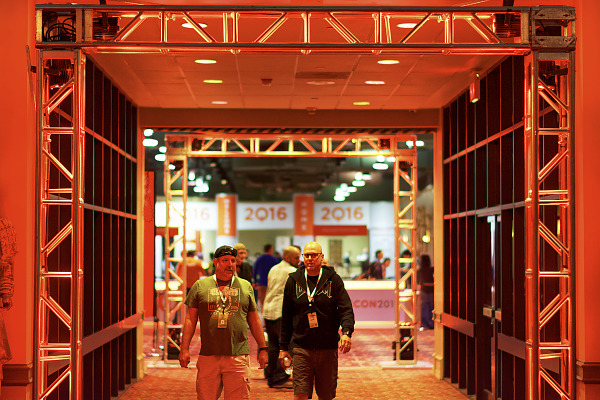 Red arch at the Entrance of the 2Q16 Quakecon