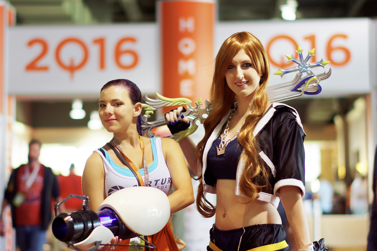 Sora with OathKeeper from Kingdom Hearts Chell with Portal Gun cosplayers