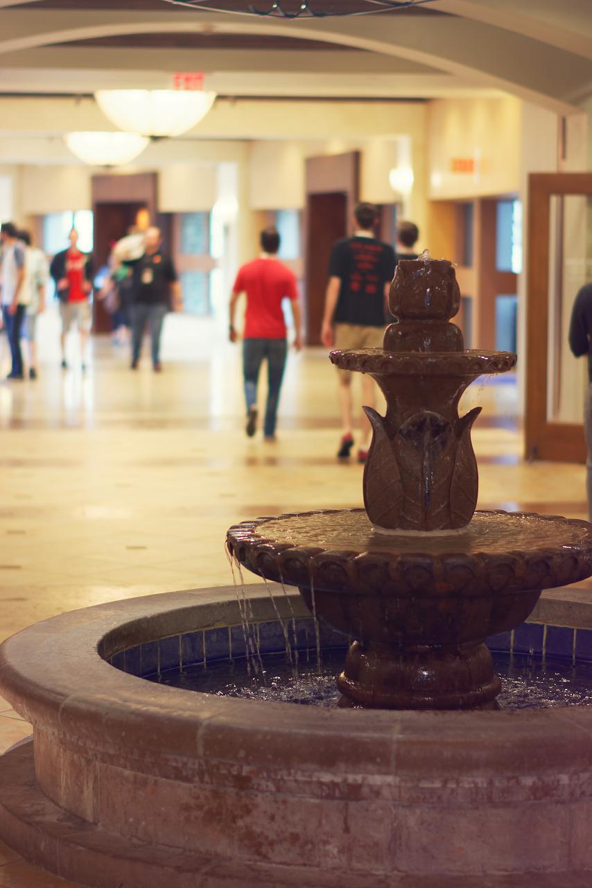 The fountain in the hotel corridor leading to the Quakecon 2017 main area